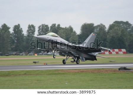 F16 Fighting Falcon landing