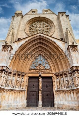 Facade and main door of the Cathedral Basilica Metropolitana y Primada de Santa Tecla Zdjęcia stock ©