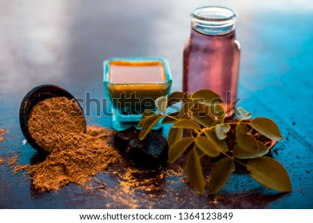Face pack of devil's dung powder on wooden surface i.e. Hing powder well mixed with sandal wood powder or chandan and rose water.Used for the treatment for instant glow. Photo stock ©