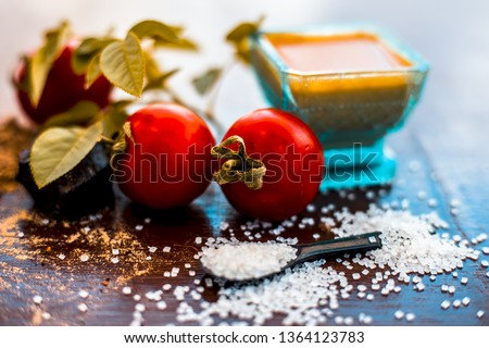 Face pack of hing or Asafoetida on wooden surface i.e. Hing powder well mixed with tomato pulp and sugar.For the treatment of skin whitening,.All the ingredients present on the surface. Photo stock ©