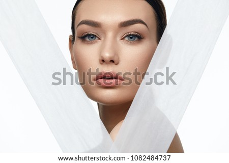 Face Skin Beauty. Beautiful Woman With Natural Makeup Stock foto ©