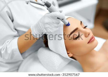 Face Skin Care. Close-up Of Woman Getting Facial Hydro Microdermabrasion Peeling Treatment At Cosmetic Beauty Spa Clinic. Hydra Vacuum Cleaner. Exfoliation, Rejuvenation And Hydratation. Cosmetology.  Foto stock ©