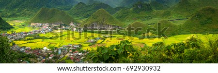 Fairy bosom is located in Tam Son town, Quan Ba District, Ha Giang Province, Vietnam. In September Colorful fields a unique landscape the colorful mixture of paddy fields and house roofs. Zdjęcia stock ©