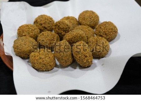 Falafel idish made up of spicy and fried legume balls. Among the most used legumes, fava beans, chickpeas and chopped beans.