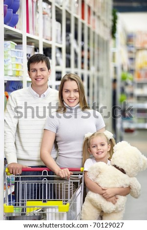 Families with a child makes a purchase in a store