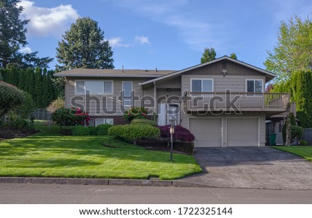 Family home and garden in Gresham Oregon surrounded in Spring colors. Foto stock ©