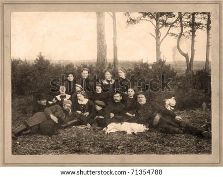 Family portrait, people of all ages, circa 1901.