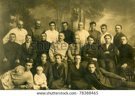 Family portrait, people of all ages, circa 1899.