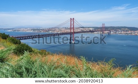 Famous Ponte 25 de Abril bridge over the Tagus River. Over 2km-long, red Golden Gate-style, beautiful suspension bridge links Lisbon with Almada. Panoramic view from Christ the King Square. Foto stock ©