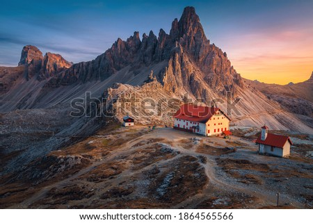 Famous Rifugio Locatelli alpine hut and cute small chapel with spectacular Monte Paterno peaks in background at sunset, Dolomites, Italy, Europe Foto d'archivio ©