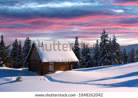 Fantastic winter landscape with wooden house in snowy mountains. Christmas holiday concept. Carpathians mountain, Ukraine, Europe Foto stock ©