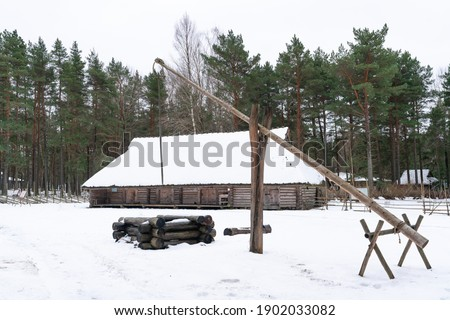 Farm yards replica from the period when all Estonians were peasants. Buildings were used for living, storage and animal sheds. Cold winter period in Estonia. Architecture from slavery period Foto stock ©