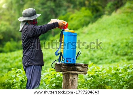 Farmers are preparing insecticide spraying in soybean field. Copy space for text. Concept of campaigning to stop using insecticide and herbicides in agriculture. Foto stock ©