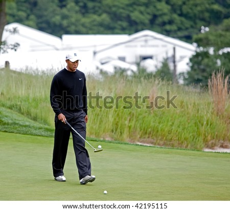 FARMINGDALE, , NY - JUNE 16: Tiger Woods has fun bouncing the golf ball off his putter on the Black Course during the 2009 US Open on June 16, 2009 in Farmingdale, NY.
