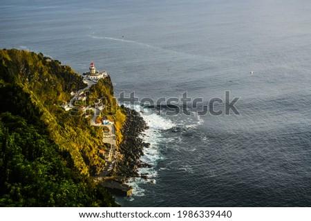 Farol do Arnel, Scenic Road, Beautiful Lighthouse on the Coast of Sao Miguel Island, Atlantic Ocean, Azores, Portugal Foto stock ©