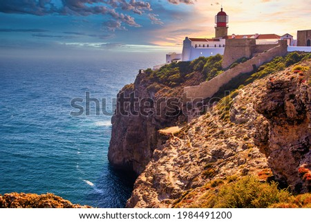 Farol do Cabo de Sao Vincente in Sagres in the Algarve Portugal. Overlooking the blue sea during a beautiful golden sunset in summer. Foto stock ©