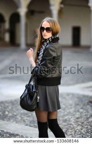 Fashion woman in sunglasses walking on the street