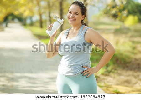 Fat woman and sports. Does exercise for weight loss in the fresh air. High quality photo. Foto stock ©