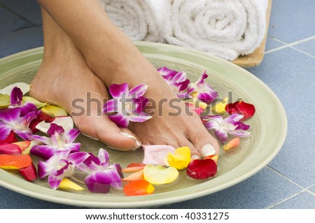 Feet enjoy a relaxing aromatherapy foot spa