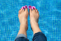 Feet with flower leaves on your toes in a cooling pool