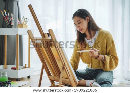 Female artist painting on canvas at home. Hobby and leisure concept. Zdjęcia stock ©