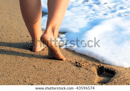[WW] MARINA AND THE DIAMONDS - M3 Stock-photo-female-feet-on-sea-sand-and-white-foam-with-a-wave-43596574
