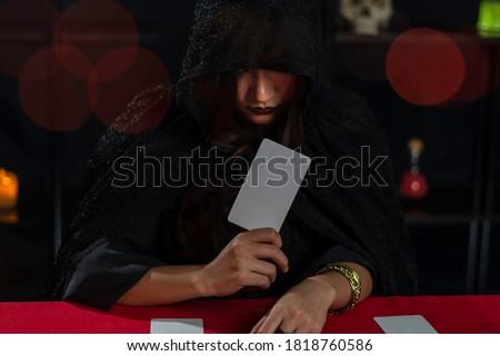 Female fortune teller read tarot cards to predict fortune. Stock foto ©