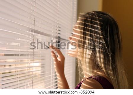 Femme avec une ombre des abat-jour au-dessus de son visage - stock photo