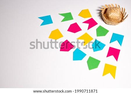 Festa Junina theme background. Little flags and a tradicional brazilian straw hat. White background. Mockup invitation card. Foto stock ©