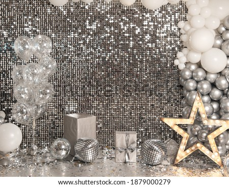 Festive silver background mosaic with light spots with silver glittering decorations. Disco balls on silver wall. Christmas, Wedding, Birthday, New Year concept. Copy space.. Foto d'archivio ©
