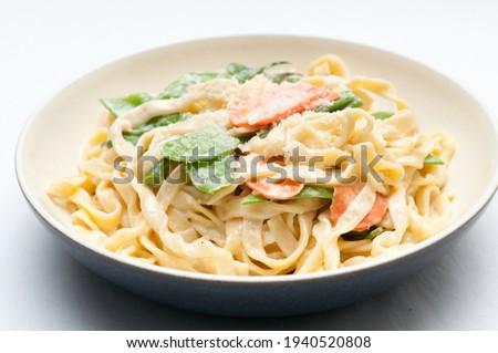 fettuccine alfredo primavera, creamy sauce with vegetables and home made pasta Foto stock ©