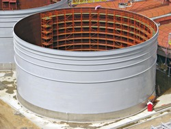 Field construction of a tank with scaffold inside