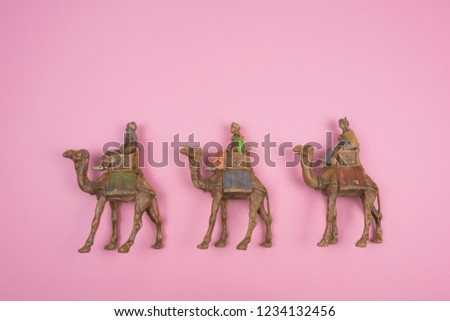 Figures of the three wise men on pink background.