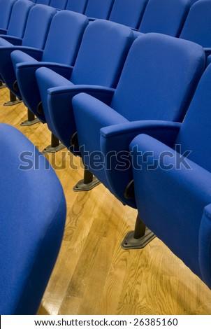 Fila di poltrone a teatro cinema - Cinema theatre blue seat row - Prima fila - first line #26385160