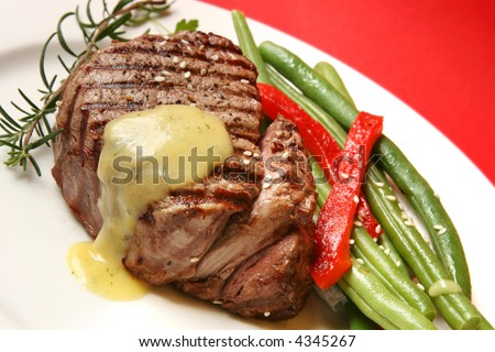 Filet mignon with bearnaise sauce, green beans, red bell pepper, sesame seeds and rosemary.
