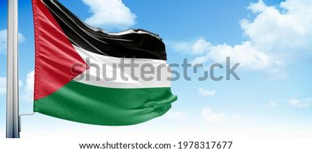 Filistin bayrağı mavi gökyüzü. Translation Palestine Flag on blue sky Stok fotoğraf ©