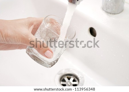 Fillings by water of a glass under the tap