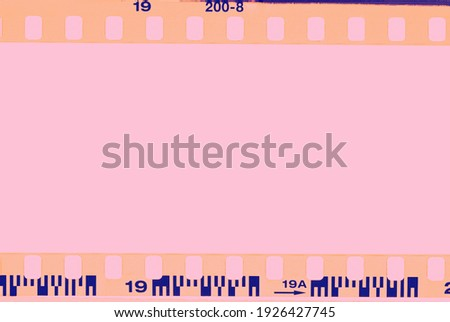 Film strip, blank photo frames, free space for your photo, real high-res 35mm film strip scan with signs of usage on bezel. blank old grunge film strip frame background. retro film border with number. Stok fotoğraf ©