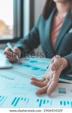 Financial businesswomen analyze the graph of the company's performance to create profits and growth, Market research reports and income statistics, Financial and Accounting concept. Zdjęcia stock ©