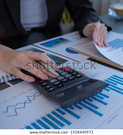 Financial Businesswomen analyze the graph of the company's performance to create profits and growth, Market research reports and income statistics, Financial and Accounting concept. Foto stock ©