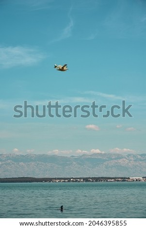 fire-fighting aircraft in action at the beach in zadar. High quality photo Foto stock ©
