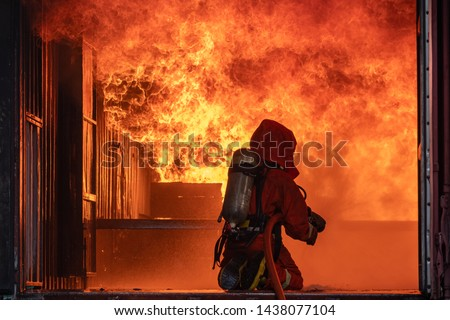 Firefighter Put on a suit Orange Extinguish Car oil fire oil spillage hydrant From accident Car crash prevent practice Safety people Control Blackout alarm blaze assistance hea Orange In the contain Stockfoto ©