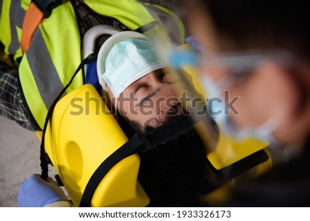First aid for injuries in work accidents. Using first aid equipment support to loss of feeling or loss of normal movement and Loss of function in limbs, First aid training to transfer patient. Foto stock ©