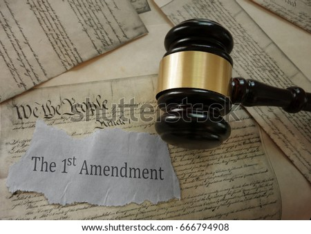 First Amendment news headline on a copy of the US Constitution with gavel                             Photo stock ©