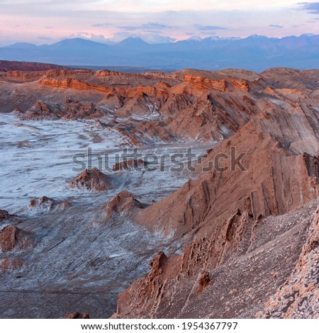 First rays of dawn sunlight at El Valle de la Luna (Valley of the Moon) near San Pedro de Atacama in the Atacama desert, northern Chile, South America. The white areas are salt deposits. Foto stock ©