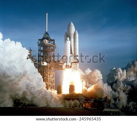 First space shuttle launch on April 12, 1981. Astronauts John Young and Robert Crippen spent 54 hours in Earth orbit and return in an unpowered landing at Edwards Air Force Base in California. Foto stock ©