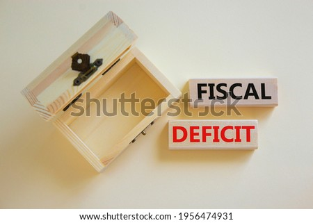 Fiscal deficit symbol. Concept words 'fiscal deficit' on blocks on a beautiful white background, small empthy chest. Business and fiscal deficit concept, copy space. Foto stock ©