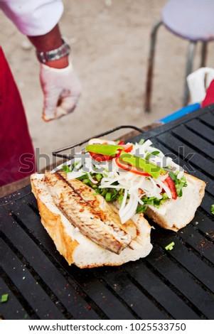Fish in bread aka bal?k ekmek with fresh vegetables, Istanbul street food Stok fotoğraf ©
