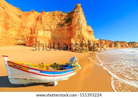 Fishing boat on a Praia da Rocha in Portimao, Algarve region, Portugal Foto stock ©