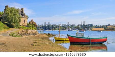 Fishing boats on the Aber Benoit, Saint-Pabu, Brittany, France Foto stock ©